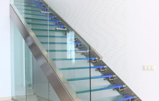 Atypické sklenené zábradlie a kalené sklá s led podsvietením